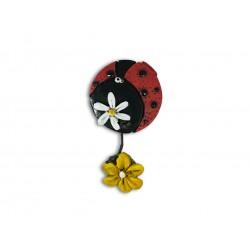 magnete coccinella con fiore appeso